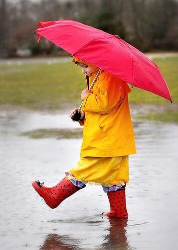 Criança na chuva