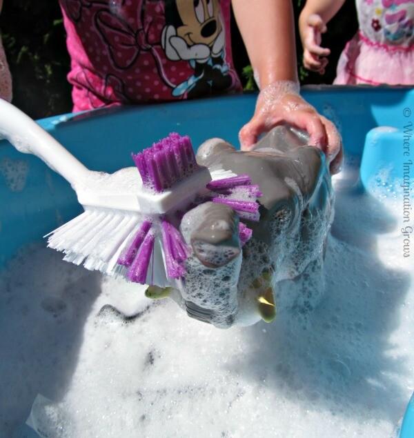 Lavando os bonecos